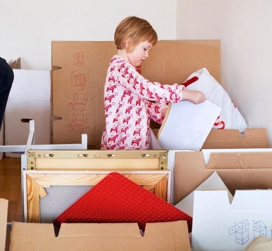 Enfant avec cartons